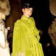 Plašč v fluorescenčno zeleni barvi dopolnjuje torbica v istem odtenku. John Galliano za Dior. (foto: Fotografija: ImaxTree)