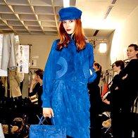 Total look v modri oplemeniti črna barva hlačnih nogavic in čevljev. Jean Paul Gaultier za Hermes. (foto: Fotografija: ImaxTree)