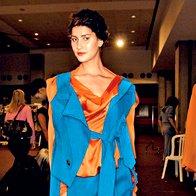Dekonstrukcijo v oranžni in modri si je omislila Vivienne Westwood. (foto: Fotografija: ImaxTree)