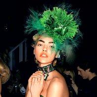 John Galliano si je drzno zeleno zamislil kot edino pravo barvo za večerno toaleto. Oblačila in dodatki Dior. (foto: Fotografija: ImaxTree)