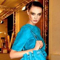 Barvno povsem skladna majica in torbica. Fluorescenčno modra v kolekciji Loewe. (foto: Fotografija: ImaxTree)