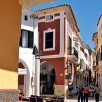 Ozke ulice Ciutadelle vabijo s številnimi gostinskimi lokali in trgovinami.   (foto: Fotografije Igor Fabjan)