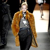 K širokim hlačam sodijo ozki zgornji deli in luksuzne jakne. (Etro) (foto: Fotografija Imaxtree)