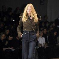 K širokim hlačam sodijo ozki zgornji deli in luksuzne jakne. (Givenchy) (foto: Fotografija Imaxtree)