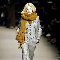 K širokim hlačam sodijo ozki zgornji deli in luksuzne jakne. (Sportmax) (foto: Fotografija Imaxtree)