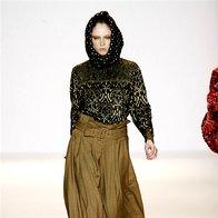 K širokim hlačam sodijo ozki zgornji deli in luksuzne jakne. (Williamson) (foto: Fotografija Imaxtree)