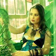 Obleka Just Cavalli, ogrlica Sariko, verižica z obeskom Mango, lesene zapestnice Divided (komplet šestih); plastična zapestnica H & M, kovinska zapestnica Sariko. (foto: Fotografije Fulvio Grissoni)