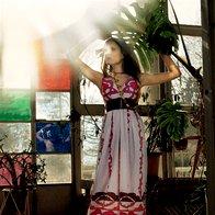 Obleka Tara Jarmon, pas Miss Selfridge, oranžna ogrlica Sariko, rumena ogrlica Lunca, cokle Fly, uhani H & M. (foto: Fotografije Fulvio Grissoni)