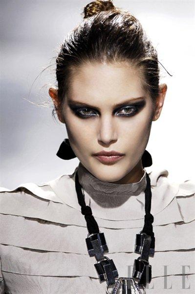 Model: Catherine McNeil - Foto: Fotografija Imaxtree