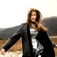 BARVNA LESTVICA V SIVI: Plašč Mat, 416 €; obleka Hugo Boss Woman, 439 €; bluza René Lezard, 112,50 €; hlače  last modela. (foto: Fotografija Suzan Celec)
