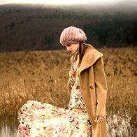 V ODTENKU KAMELJE BARVE: Plašč Mura, 450 €; obleka Kenzo, 940 €; ogrlica Bijoux Erica,  15,86 €; kapa Miss Selfridge, 18 €; škornji Guess, 210 €. (foto: Fotografija Suzan Celec)