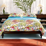 Izbira prozornih zaves ter prevlek s cvetličnim vzorcem poživi vašo spalnico (foto: Fotografija www.potterybarn.com)