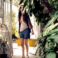 Kratke hlače Boss Women, 139 €; majica Naf Naf, 24,90 €; jopa Le Full, 109,90 €; čevlji Boemos, 104,99 €. (foto: Fotografija Tomo Brejc)