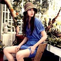Obleka Le Full, 159, 90 €; klobuk Capello, 18 €; uhani Molk, 260 €; dokolenke Calzedonia, 4,95 €;  sandale Bronx, 99,99 €. (foto: Fotografija Tomo Brejc)
