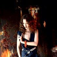 Suknjič obleka Sisley, 71 €; pas Marina Yachting, 92,90 €; modrček La Perla,  428 € (cena za kopalke); verižica kot zapestnica Kamen, 48 €. (foto: Fotografija Fulvio Grissoni)