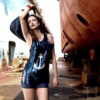 Obleka D & G, 366 €; zapestnica Ahat, 20,50 €; torba Giorgio Armani, 865 €; uhani Kamen, 13,72 €. (foto: Fotografija Fulvio Grissoni)