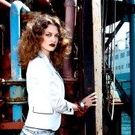 Suknjič Marina Yachting, majico Kate Moss za Topshop, pajkice Bershka, zapestnico Furla in verižico kot zapestnico Lunca. (foto: Fotografija Fulvio Grissoni)