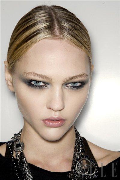Posodobljen videz zadimljenih oči - Foto: Fotografija Imaxtree