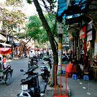 V mestu Hanoi je težko videti kakšen avto. (foto: Fotografija Dejan Burja)