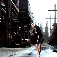 Krilo Nina Šušnjara, 290 €; suknjič Penny Black, 149 €; verižice Six, 6,95 € in 12,95 €/kos; verižica v obliki verige Lunca, 13,90 €; zapestnica Mango, 19 €; gležnjarji United Nude, 165 €. (foto: Fotografija Fulvio Grissoni)