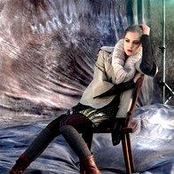 Jakna Marella, 209 €; obleka Diane Von Furstenberg, 555 €; jopa Diesel, 320 €; ovratnik H & M, 12,95 €; hlačne nogavice Calzedonia, 9,95 €; nadkolenke Calzedonia, 9,95 €; gležnjarji Para Lopez, 299,90 €. (foto: Fotografija Fulvio Grissoni)