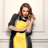 Obleka Tara Jarmon, 239 €; plašč Marella, 151 €; ogrlici Pentlja by Goga, 89 €/kos. (foto: Fotografija Fulvio Grissoni)
