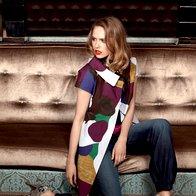 Plašč LaVia 18 (podlinija Louis Vuitton), 339,90 €; kombinezon Benetton, 85 €;  pas Boss Orange, 75 €; ogrlica Pentlja by Goga, 89 €; salonarji Guess, 209,95 €. (foto: Fotografija Fulvio Grissoni)