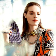 Majica H & M, 9,95 €; obleka Diane Von Furstenberg, 369 €; torbica Tara Jarmon, 129 €; kovinska ogrlica Pentlja by Goga, 49 €; ogrlice iz recikliranega stekla iz Gane 3Muhe, 13 €/kos; zapestnice iz plastike iz Burkine Fasa 3Muhe, 2,09 €/kos in 1,04 €/kos; široka zapestnica Sariko, 9,90 €. (foto: Fotografija Fulvio Grissoni)