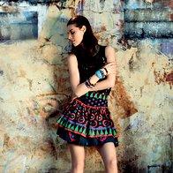 Obleka Topshop, 73 €; krilo Marc by Marc Jacobs, 350 €; zgornji del kopalk Calzedonia, 29,50 €; sandale gležnjarji Loriblu, 345 €; zapestnica iz perl Sariko, 9,90 €; zapestnice iz plastike iz Burkine Fasa 3Muhe, 2,09 €/kos in 1,04 €/kos; ogrlica Liza perle niza, 38,25 €. (foto: Fotografija Fulvio Grissoni)