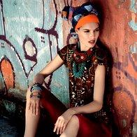 Hlače Diesel, 130 €; majica Derhy, 99 €; sandale Giuseppe Zanotti Design, 440 €; belo-rjava ogrlica Antonello Serio, 14,50 €; turkizna ogrlica Liza perle niza, 18,90 €; rdeča ogrlica Liza perle niza, 30,60 €; zapestnica iz perl Sariko, 9,90 €; zapestnice iz plastike iz Burkine Fasa 3Muhe, 2,09 €/kos; trak v laseh Nama, 1,90 €; rjava ruta Passigatti, 39,95 €; modra in rdeč šal, vsi Gaudi, 54 €. (foto: Fotografija Fulvio Grissoni)