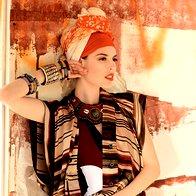 Kopalke Fisico, 170 €; obleka Kenzo, 514 €; ogrlica Liza perle niza, 30,60 €; zapestnice iz plastike iz Burkine Fasa 3Muhe, 2,09 €/kos; široka zapestnica Sariko, 9,90 €; trak v laseh Nama, 1,90 €; šal Sariko,12,90 €; šal Gaudi, 54 €. (foto: Fotografija Fulvio Grissoni)