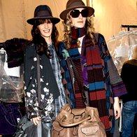Kenzo // Stil sedemdesetih, mešanje vzorcev in maksi torbe. Na fotografiji skupaj z manekenko Kori Richardson. (foto: Fotografija Imaxtree)