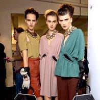 Pucci // Puccijevi boemski vzorci in gola hrbta Valerije in Yulie Kharlaponove. (foto: Fotografija Imaxtree)