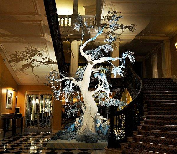 Praznično drevo s podpisom Johna Galliana - Foto: Fotografija luxuo.com
