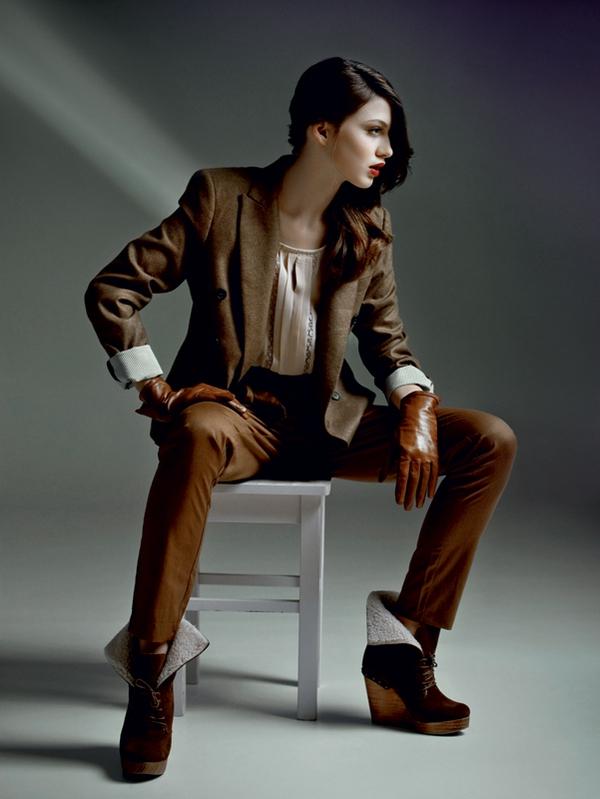 Moški vtis // Hlače Vero Moda, 39,95 €; bluza Vero Moda, 26,95 €; suknjič Zara, 79,95 €; rokavice H & M, 19,95 €; gležnjarji Bershka, 59,95 €.