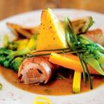 V pršut zavita svinjska ribica v kaprni omaki s popečeno polento in z zelenjavnim šopkom (foto: Mateja Jordović Potočnik)