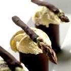 Čokoladna pena v tulcu s čokoladnimi šparglji in sladoledom (foto: Miha Krivic)