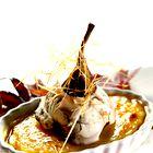 Crème brûlée s teranovimi hruškami in sladoledom (foto: Miha Krivic)