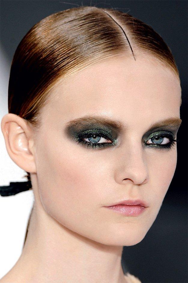 Po vzoru Chanela - ličenje s sivo in zeleno. - Foto: Imaxtree, arhiv Elle