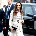 Rada ima tajlirane plašče in jakne. Na obisku fakultete za agrikulturo na Irskem je Kate nosila klasičen tajliran bež trenč z volani na robu, ki so poudarili njen romantični slog. (foto: GettyImages)