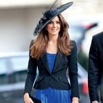 Kate obožuje ekstravagantne dodatke, med njimi so priljubljeni tudi klobuki. Najraje jih nosi na slavnostnih prireditvah in porokah. Na poroki svojih prijateljev, ki se jo je udeležila s princem Williamom, je petrolej modro obleko kombinirala z črnim suknjičem in vpadljivim črnim klobukom. (foto: GettyImages)