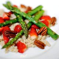 Kvinoja z jagodami, beluši in pekan orehi (foto: Mateja Jordović Potočnik)