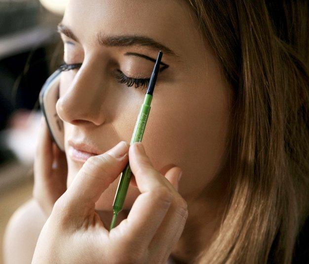 Nasvet za ličenje: Uporabljajte črtalo za oči - Foto: Tadej Windshnurer, Imaxtree