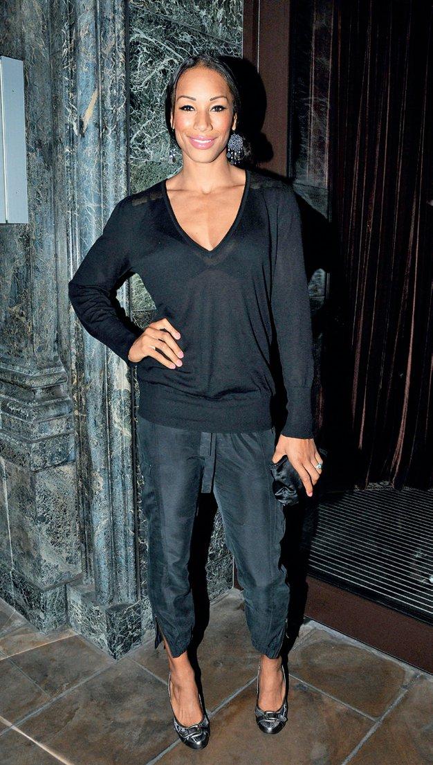 Večna črna barva - suknjič, krilo, hlače, srajca, pletenina - Foto: Lisa