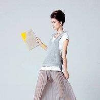 Plise: majica H & M, 7,95 €; brezrokavnik Apriori, 129 €; krilo Sisley, 69,95 €; superge Max & Co., 172 €; torbica Vandalimorale, 55 € (foto: Elle)