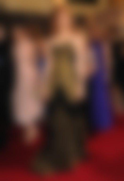 Črna obleka brez naramnic iz hiše McQueen, okrašena s starinskim vzorcem v zlati barvi, je Chastainovi, ki je nosila spuščene lase, odlično pristajala. Foto: Profimedia