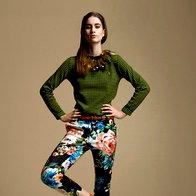 Pulover Kenzo, 359 €;  hlače H & M, 14,95 €;  pas Massimo Dutti, 39,95 €;  nogavice Calzedonia, 1,95 €;  sandale Miss Sixty, 159,99 €; ogrlica Marni za H & M, last stilistke. (foto: Wally Shaykhoun)