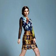 Majica Apriori, 69,95 €; top H & M, 7 €; ovratnik Almira Sadar recycled by Ana Hribar, 50 €; krilo Hugo Boss, 219 €; sandale Miss Sixty, 159,99 €; nogavice  Calzedonia, 1,95 €. (foto: Wally Shaykhoun)