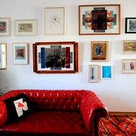 Vse stene stanovanja pokrivajo slike. Lastnika sta velika ljubitelja in zbiratelja umetnosti, predvsem retroavantgarde. (foto: Mateja Jordović Potočnik)