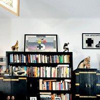O črni omari v dnevni sobi se domneva, da je Plečnikovo delo. V središču dnevnega prostora stoji mizica, izrezljana iz enega kosa lesa, ki sta jo lastnika prinesla iz Kuvajta. (foto: Mateja Jordović Potočnik)